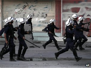 Riot police chase protesters outside Manama (17 October 2012)