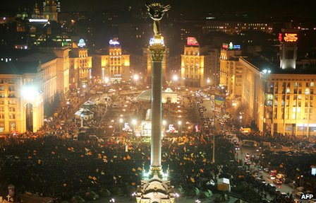Supporters of pro-Western opposition leader and presidential candidate Viktor Yushchenko in Kiev's Independence Square on 8 December 2004