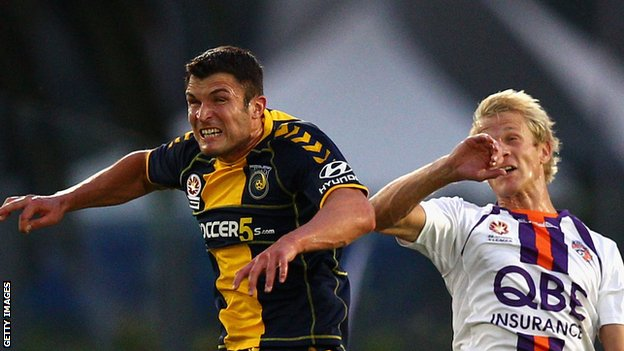 John Sutton (left) competes with Seb van den Brink of Perth Glory during their A-League play-off game