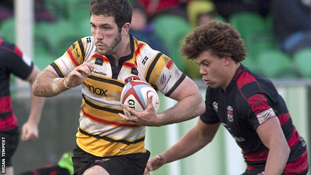 Ben Maidment goes on a run for Pirates
