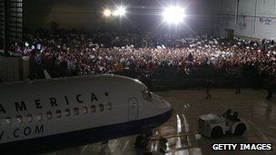 ROmney plane pulls into a hangar full of supporters in Columbus, Ohio 5 November 2012
