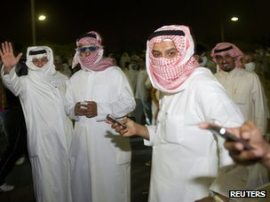 Protesters in Kuwait use their mobile phones (4 November 2012)