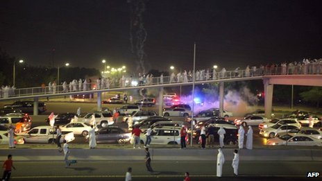 Tear gas lands amid protesters&#039; cars in Mishref (4 November 2012)