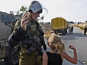 A Palestinian girl threatens an Israeli soldier during a protest in Nabi Saleh (2 November 2012)