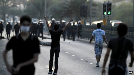 Protesters confront riot police in Daih, Bahrain (6 November 2012)