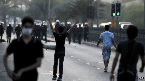 Protesters confront riot police in Daih, Bahrain (6 November 2012)