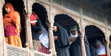 Muslim women worship in Srinagar