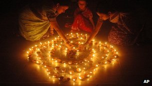 Women light earthen candles for Diwali (file pic)