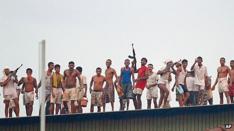 Prisoners on the roof of the Welikada prison (November 2012)