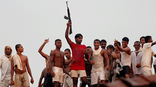 Prisoners on the roof of Colombo&#039;s Welikada prison