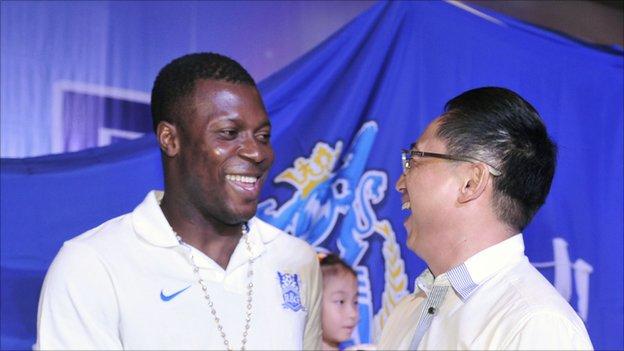 Yakubu Aiyegbeni with Guangzhou R&F vice-chairman Lu Yi