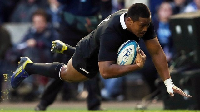 Julian Savea scores for New Zealand