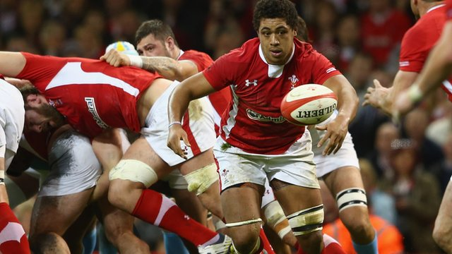 Toby Faletau tries to get his hands on the ball for Wales