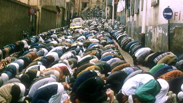 Algerian Islamists pray, 1992