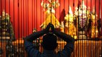 A Sri Lankan Hindu offers prayers during Diwali at a Hindu temple in Colombo (13 Nov 2012).
