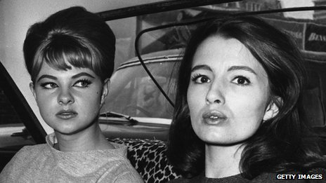 Mandy Rice-Davies (l) and Christine Keeler