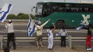 Israeli children at a bus carrying soldiers near the southern Israeli town of Ofakim on November 17, 2012