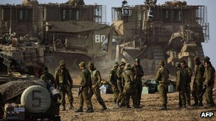Israeli soldiers gather next to their armoured bulldozers on the Gaza border. Photo: 17 November 2012