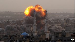 Smoke over Gaza City after an Israeli air strike (17 Nov 2012)