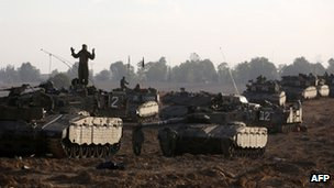 Israeli soldiers prepare tanks gathered at the border with Gaza 18/11/12
