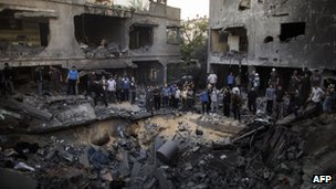 crater left by air strike in Gaza City (18 Nov 2012)