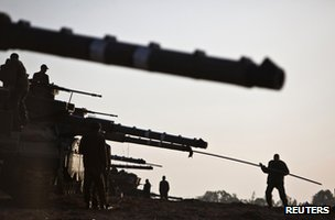 An Israeli soldier cleans the gun barrel of a tank near the Gaza border (18 November 2012)
