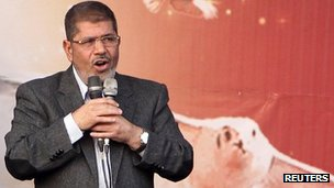 Egypt's President Mohammed Morsi speaks to supporters in front of the presidential palace in Cairo (23 Nov 2012)