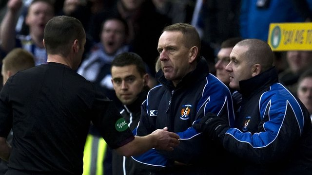 Kilmarnock manager Kenny Shiels (centre)
