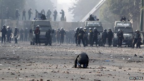 Protester in Cairo faces dozens of Egyptian police (25 November 2012)