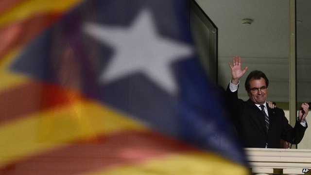 The leader of the Catalan Nationalist Coalition (CiU), Artur Mas waves to the crowd after his elections result in Barcelona