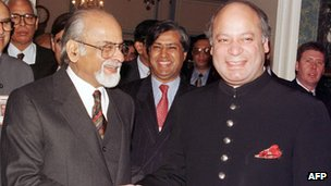 Inder Kumar Gujral with former Pakistani Prime Minister Nawaz Sharif
