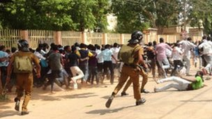 Security forces chase students outside Jaffna University 28 Nov 2012