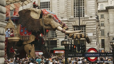 Royal de Luxe giant mechanical elephant plods through London in 2006