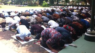 Indonesians praying