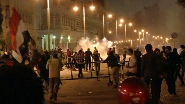 Protesters close to presidential palace in Cairo