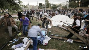 Morsi supporters destroy opponents tents outside the presidential palace in Cairo (5 Dec 2012)