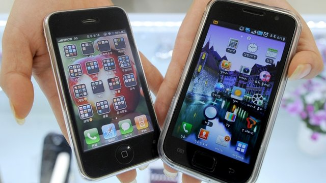 Apple&#039;s iPhone 3G (L) and a Samsung Galaxy S mobile phone (R)
