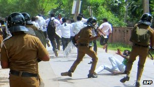 Sri Lankan police clash with university students in Jaffna (28 November 2012)