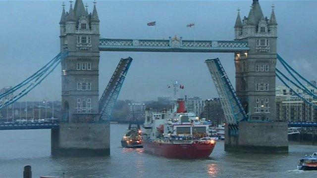 SA Agulhus under Tower Bridge