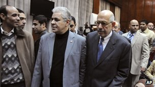 Egyptian opposition leaders Hamdeen Sabahi, second left, and Mohamed ElBaradei in Cairo (5 Dec 2012)
