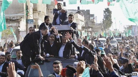 Hamas political leader Khaled Meshaal waves to crowds in Gaza. 7 Dec 2012