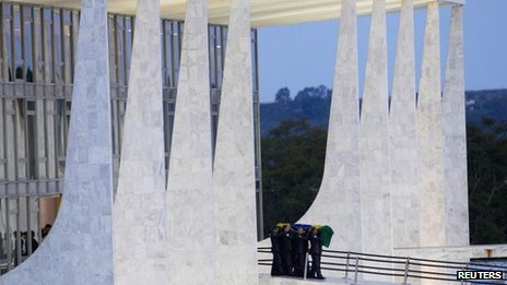 Oscar Niemeyer's coffin being taken from the presidential palace in Brasilia (7 Dec)