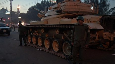 A tank near the presidential palace in Cairo (10 Dec 2012)