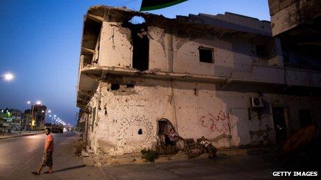 Улица в Мисрате, которая была разрушена в ходе боевых действий