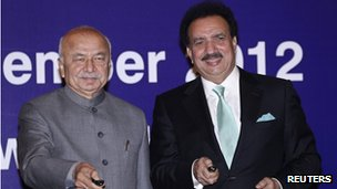 Rehman Malik (right) and his Indian counterpart Sushil Kumar Shinde