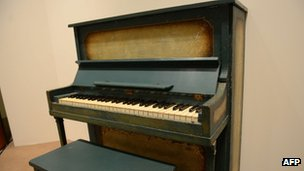 The piano used as the prop for the key flashback scene between Humphrey Bogart and Ingrid Bergman in the film Casablanca