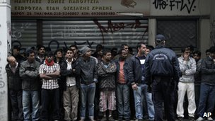Police detain suspected illegal immigrants in Athens (21 November 2012)