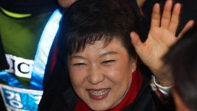 President-elect Park waves to supporters (19 Dec)