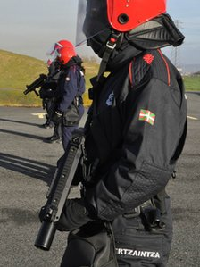 Basque police train with the new plastic round launchers