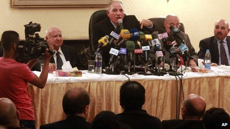 Ahmed al-Zind, chairman of the Judges' Club, speaks at a news conference (2 December 2012)